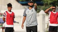 Joko Susilo saat memimpin latihan PSG Pati untuk menghadapi PSIM pada pekan keempat penyisihan Grup C Liga 2 di Stadion Manahan Solo, Selasa (19/10/2021). (Bola.com/Gatot Susetyo)