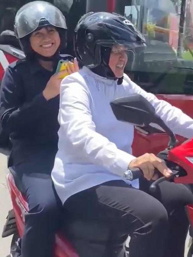 Walikota Surabaya Tri Rismaharini kendarai sepeda motor listrik (Instagram/surabaya)
