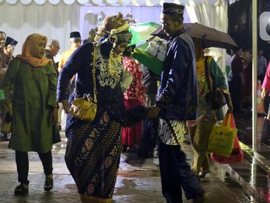 Pasangan peserta nikah massal usai pelaksanaan itsbat nikah di halaman Balai Kota DKI Jakarta, Selasa (31/12/2019). 633 pasangan, terdiri dari pernikahan baru 143 pasangan dan 490 pasangan itsbat nikah mengikuti acara nikah massal yang digelar Pemprov DKI Jakarta. (Liputan6.com/Helmi Fithriansyah)