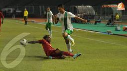 Dedi Kusnandar (nomor 18) harus loncat menghindari permainan tackling keras yang dilakukan pemain Papua Nugini (Liputan6.com/Helmi Fithriansyah)
