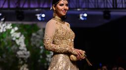 Seorang model membawakan pakaian tradisional Pakistan rancangan desainer Nomi Ansari selama peragaan busana yang digelar oleh Loreal Paris Pakistan Fashion Design Council di Lahore, Selasa (4/9). (AP Photo / K.M Chaudary)