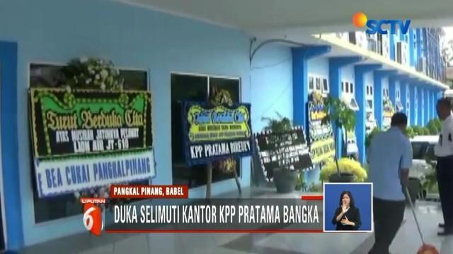 Sebagai bentuk ungkapan duka cita pada rekannya yang menjadi korban Lion Air jatuh, pegawai KPP Pratama Bangka, Babel, kenakan pita hitam saat bertugas.
