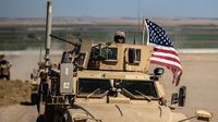 Pasukan AS memantau situasi saat patroli gabungan pasukan Turki di Desa al-Hashisha, Tal Abyad, Suriah, Minggu (8/9/2019). YPG membentuk tulang punggung Pasukan Demokratik Suriah (SDF) yang selama ini menjadi mitra kunci Washington dalam perang melawan ISIS di Suriah. (DELIL SOULEIMAN/AFP)
