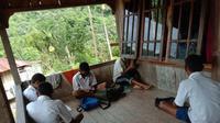Para pelajar di Desa Romarea, Ende sedang mencari signal internet untuk mengikuti pembelajaran online. (Foto Istimewa)