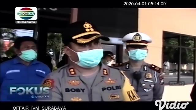 Kepolisian Resor (Polres) Jombang, Jawa Timur melakukan penyemprotan cairan disinfektan di seluruh sisi Gedung Mapolres setempat, pada Kamis (19/3) pagi. Penyemprotan itu dilakukan dalam rangka pencegahan wabah virus corona atau Covid-19.