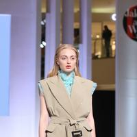 "Brand high fashion korea SYZ pamerkan koleksi ""I'm in Holidays"" di JFW 2019 hari kedua. (Foto: fimela.com/Nurwahyunan)"