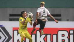 Kiper PSIS Semarang, Jandia Eka Putra (kiri) berusaha mengamankan bola dari pemain Madura United, Rafael Feital Da Silva dalam laga pekan ke-5 BRI Liga 1 2021/2022 di Stadion Wibawa Mukti, Cikarang, Rabu (29/09/2021). Kedua tim bermain imbang 0-0. (Bola.com/Bagaskara Lazuardi)