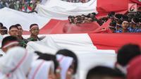 Anggota TNI POLRI  membawa bendera raksasa saat gelaran Festival Merah-Putih (FMP) 2018 di kawasan Air Mancur, Bogor,  Minggu (5/8). Kegiatan tersebut dalam rangka menyambut HUT Kemerdekaan RI ke-73. (Merdeka.com/Arie Basuki)