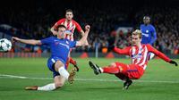 Pemain Atletico Madrid, Antoine Griezmann mengarahkan tendangan ke gawang Chelsea pada matchday terakhir Grup C Liga Champions di Stamford Bridge, Rabu (6/12). Atletico Madrid gagal melangkah ke babak 16 besar usai bermain imbang 1-1. (AP/Frank Augstein)