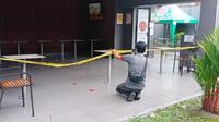 Penyegelan McDonald's dengan pemasangan garis polisi oleh Satgas Covid-19 Pekanbaru karena kerumunan BTS Meal. (Liputan6.com/M Syukur)