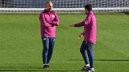 Pelatih Manchester City Pep Guardiola (kiri) berbincang dengan asistennya Mikel Arteta saat sesi latihan tim di City Football Academy, Manchester, Inggris, 16 Oktober 2017. Arsenal dikabarkan akan segera meresmikan Arteta sebagai pelatih baru. (Paul ELLIS/AFP)