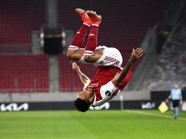 Pemain Arsenal Pierre-Emerick Aubameyang melakukan selebrasi usai mencetak gol ke gawang Benfica pada leg kedua babak 32 besar Liga Europa di Stadion Georgios Karaiskakis, Piraeus, Athena, Yunani, Kamis (25/2/2021). Arsenal menang 3-2 dan lolos ke babak 16 besar. (AP Photo/Thanassis Stavrakis)
