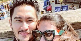 Pasangan yang sedang berbahagia, Syahnaz Sadiqah dan Jeje Govinda. Pasangan pengantin baru itu baru saja menjalani bulan madu ke Amerika Serikat. (Instagram/ritchieismail)