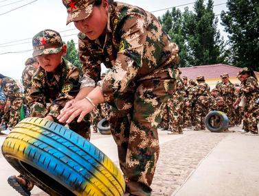 Gaya Anak-Anak di China Saat Mengikuti Simulasi Latihan Militer