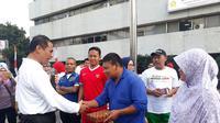 Menteri Pertanian Amran Sulaiman memberikan gajinya kepada tukang kebun Kementerian Pertanian bernama Amun di Jakarta. (Dok Kementan)