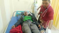 Santri yang terjatuh di jurang Gunung Slamet dirawat di Puskesmas dan lantas dirujuk ke RS Siaga Medika. (Liputan6.com/Slamet A untuk Muhamad Ridlo)