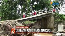Lebih dari 200 warga di Padang Pariaman, Sumbar, terisolir lantaran jembatan ambruk diterjang banjir.
