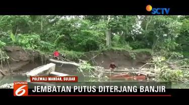 Jembatan gantung di Polewali Mandar, Sulawesi Barat, putus diterjang banjir akibat tergerus Sungai Binuang.
