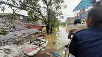 Kali Ledug di Tangerang meluap ke pemukiman warga akibat tanggul jebol. (Liputan6.com/Pramita Tristiawati)