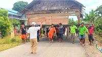 Warga yang memindahkan rumah milik Ahmad, di desa Kalu-kaluku, Kolaka Utara diduga karena diminta pindah oleh caleg yang kalah pada Pemilu 2019. (Liputan6.com/Ahmad Akbar Fua)