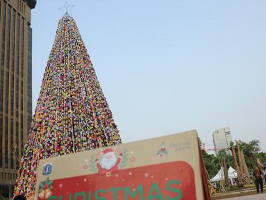 Warga melihat pohon Natal dari miniatur ondel-ondel yang terbuat dari botol minuman bekas di Food Court Thamrin 10, Jakarta, Sabtu (21/12/2019). Sekitar 8.000 botol air mineral bekas dihias dan dirangkai menyerupai Pohon Natal yang bisa disaksikan oleh masyarakat. (Liputan6.com/Helmi Fithriansyah)