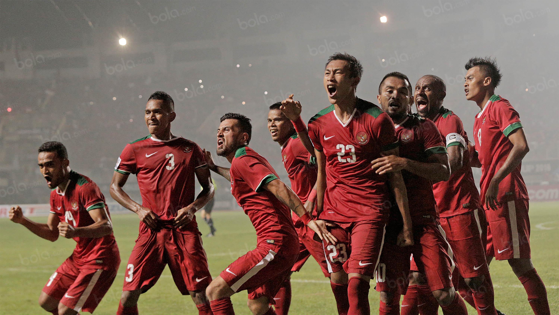 Para pemain Timnas Indonesia merayakan gol yang dicetak Hansamu Yama ke gawang Thailand pada laga final leg pertama Piala AFF 2016 di Stadion Pakansari, Jawa Barat, Rabu (14/12/2016). Indonesia menang 2-1 atas Thailand. (Bola.com/Peksi Cahyo)