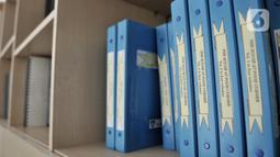 Deretan buku braille tertata di rak Perpustakaan Yayasan Mitra Netra, Jakarta, Selasa (3/12/2019). Perpustakaan Mitra Netra menyajikan buku-buku khusus penyandang tunanetra, seperti buku braille, buku audio digital, dan buku elektronik. (merdeka.com/Iqbal S Nugroho)