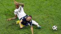 Pemain Jerman Jerome Boateng melakukan pelanggaran terhadap pemain Swedia Marcus Berg saat pertandingan Piala Dunia 2018 di Stadion Fisht, Rusia (23/6). Karena pelanggaran ini Boateng mendapat kartu kuning kedua. (AP/Sergei Grits)