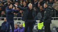 Pelatih Tottenham Hotspur, Jose Mourinho, melakukan protes saat melawan Chelsea pada laga Premier League di Stadion Tottenham Hotspur, Minggu (22/12). Chelsea menang dengan skor 2-0. (AP/Ian Walton)