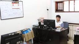 Seorang pekerja beraktivitas di kantor LBH Pers di kawasan Kalibata, Jakarta Selatan, Jumat (27/7). Kondisi keuangan lembaga yang didirikan AJI pada 2003 itu diperkirakan hanya bisa membiayai kegiatan operasional. (Liputan6.com/Immanuel Antonius)
