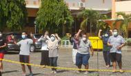 Pasien positif Covid-19 berstatus OTG di pusat isolasi BPSDMD Provinsi Jateng goyang badan untuk tingkatkan imun di depan panggung kemanusiaan empat kampus di Kota Semarang. (Foto: Liputan6.com/Humas Provinsi Jateng)