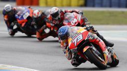 Pembalap Repsol Honda, Alex Marquez, memimpin balapan MotoGP Prancis di Le Mans, Minggu (11/10/2020). Petrucci finis pertama dengan catatan waktu 45 menit 54,736 detik. (AP Photo/David Vincent)