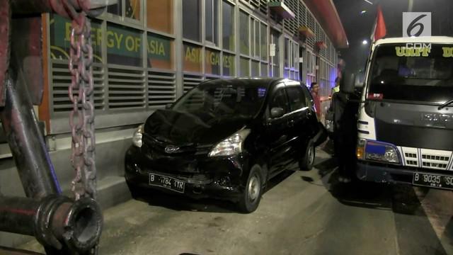 Sebanyak dua kendaraan minibus terlibat kecelakaan akibat salah satu kendaraan memakirkan kendaraanya sembarangan di jalur Transjakarta di jalan Tendean, Jakarta Selatan, Rabu dini hari.
