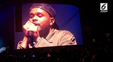 The Weeknd menangis saat tampil di fsetival musik Coachella. Banyak yang mengaitkan tangisan tersebut dengan hubungan percintaannya dan Selena Gomez.