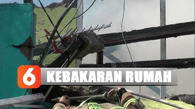 Lima unit armada pemadam kebakaran dikerahkan untuk menjinakan kobaran api. Setelah 10 menit berjibaku, api dapat dipadamkan.