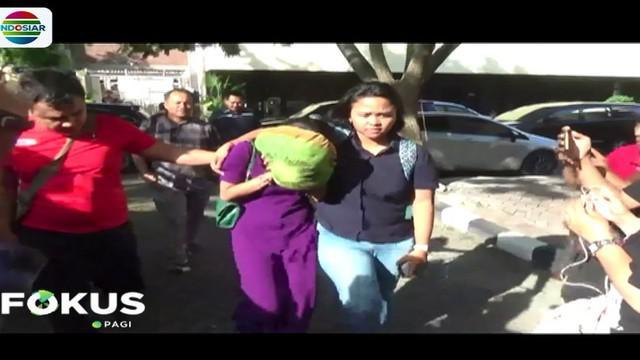 Wakil Direktur Kriminal Khusus Polda Jatim AKBP Arman Asmara belum bisa memastikan kedua selebriti itu merupakan korban atau tersangka dalam kasus itu.