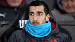 Henrikh Mkhitaryan berada di bangku cadangan saat bertanding melawan Swansea City pada lanjutan Liga Inggris di Stadion Liberty, Swansea, Wales, (30/1). Pada debut pertamanya di Arsenal Mkhitaryan kalah 3-1 atas Swansea City. (Nick Potts/PA via AP)