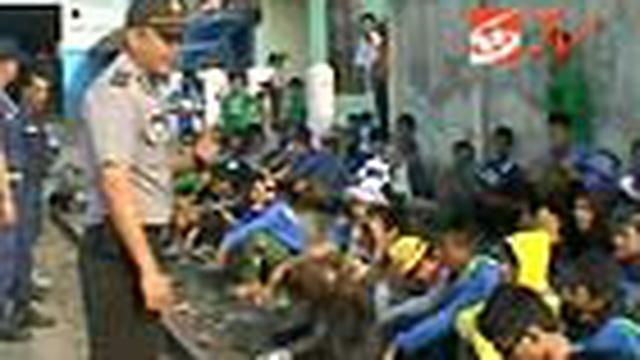 Ratusan bobotoh terpaksa harus mengurungkan niatnya menyaksikan laga Persib melawan Persiba setelah aparat kepolisian dan petugas PT KA menurunkan mereka dari atas kereta api.