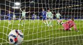 Pemain Everton Ben Godfrey (tengah) mencetak gol bunuh diri saat melawan Chelsea pada pertandingan Liga Inggris di Stadion Stamford Bridge, London, Inggris, Senin (8/3/2021). Chelsea menang 2-0. (John Sibley/Pool via AP)
