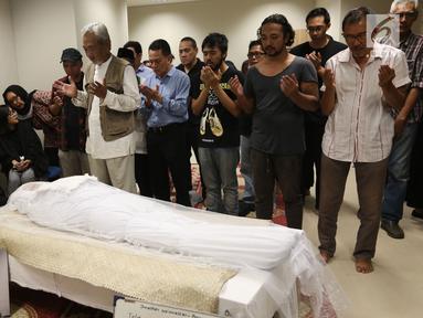 Sejumlah kerabat dan keluarga menyalatkan almarhum Yockie Suryo Prayogo di Ruang Jenazah, Rumah Sakit Pondok Indah, Bintaro, Tangsel (5/2). Musikus Yockie Suryo Prayogo menghembuskan napas terakhirnya pada Senin (5/2) pagi. (Liputan6.com/Fery Pradolo)