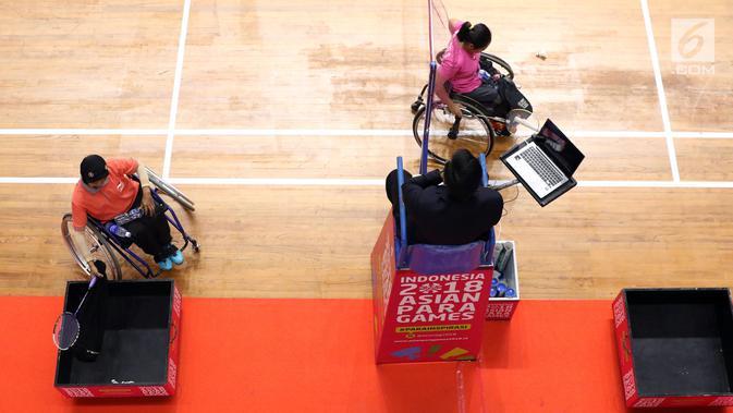 Pebulutangkis DIY, Sudarti (kiri) di sela-sela laga melawan Sri Marwati (Jabar) pada Indonesia Para Games Invitational Tournament 2018 di Istora Senayan, Jakarta, Rabu (27/6). (Liputan6.com/Helmi Fithriansyah)#source%3Dgooglier%2Ecom#https%3A%2F%2Fgooglier%2Ecom%2Fpage%2F%2F10000