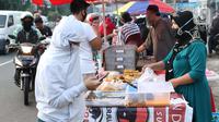 Warga memilih makanan untuk berbuka puasa (takjil) di kawasan Jalan Panjang, Jakarta, Selasa (5/5/2020). Pandemi virus COVID-19 dan pelaksanaan Pembatasan Sosial Berskala Besar (PSBB) berimbas pada sepinya pembeli takjil di kawasan tersebut. (Liputan6.com/Helmi Fithriansyah)