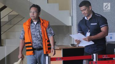 Mantan anggota DPRD Sumut Tahan Manahan Panggabean usai menandatangani berkas surat perpanjangan penahanan di gedung KPK, Jakarta, Kamis (30/8). Tahan Manahan ditahan terkait suap menyetujui Laporan Pertanggungjawaban APBD 2012. (Merdeka.com/Dwi Narwoko)