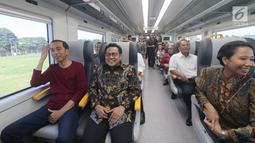 Presiden Jokowi saat menaiki kereta bandara menuju Stasiun Sudirman Baru, Selasa (2/1). Sebelumnya, Jokowi yang mengenakan kaus lengan panjang warna merah dan sepatu olahraga tiba di Stasiun Bandara Soekarno-Hatta pukul 09.00 WIB. (Liputan6.com/Kurniawan)