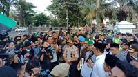 Gunernur Jawa Barat Ridwan Kamil menemui massa aksi dari Himpunan Mahasiswa Islam (HMI), Selasa (1/10/2019). (Liputam6.com/Huyogo Simbolon)