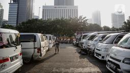Kendaraan travel gelap yang disita jajaran Direktorat Lalu Lintas Polda Metro Jaya, Jakarta, Kamis (29/4/2021). Sebanyak 115 kendaraan travel gelap diamankan karena diduga kuat mengangkut pemudik di tengah masa pengetatan larangan mudik 2021. (Liputan6.com/Faizal Fanani)