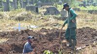 Sejumlah penggali makam menggali tanah sebagai liang lahat untuk jenazah korban virus Corona. (Liputan6.com/Huyogo Simbolon)