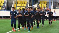 Para pemain PSIS Semarang melakukan jogging dalam latihan perdana di Stadion Citarum, Semarang, Kamis (30/1/2020). (Vincentius Atmaja)