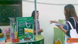 Citizen6, Surabaya: Mahasiswa UNAIR yang sedang membeli barang di stand KOPMIB.