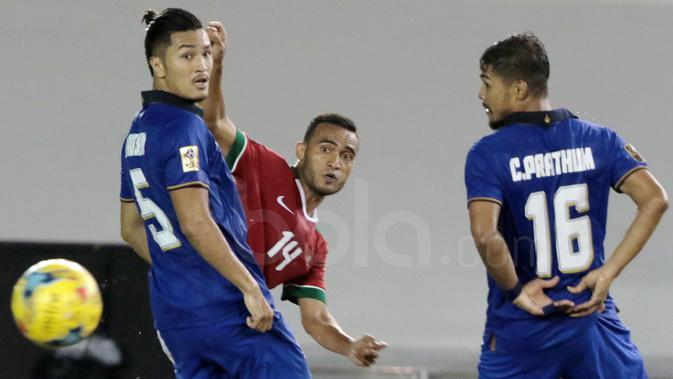 Rizky Pora saat melewati para pemain Thailand pada laga AFF Suzuki Cup 2016 di Philippine Sports Stadium, Sabtu (19/11/2016). (Bola.com/Nicklas Hanoatubun)